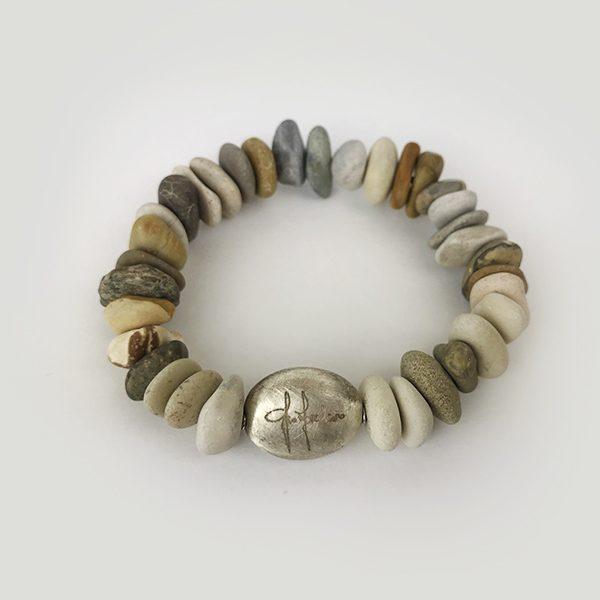 Bracciale sassi e marchio su pepita in argento satinata 41