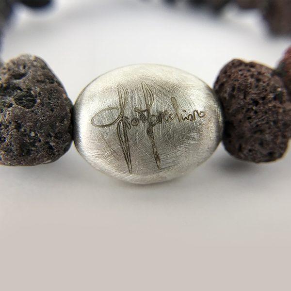 Bracciale sassi e marchio su pepita in argento satinata 73